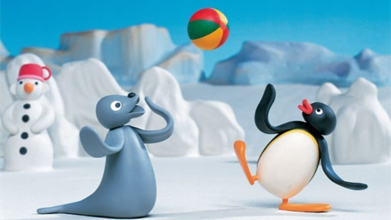 《企鹅家族》海报 The Pygos Group 小时候没有网络,那时候最快乐的事就是飞快地写完作业,然后搬来小板凳和小伙伴们一块儿围在电视机前等着播放动画片。对80后和90后来说,很多动画片都是心头最温暖的集体记忆,比如《黑猫警长》、《中华小当家》、《葫芦娃》、《忍者神龟》……谁还记得看过一部小企鹅和海豹的粘土动画片,整天围着冰窟钓鱼吃,好像播了一阵就没了。今天才知道这部片子叫《企鹅家族》,是一部风靡全球的粘土动画片。 《企鹅家族》(PINGU)的创作者是来自瑞士的欧特马&